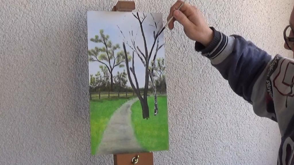 7-Fruehlingsbild-Weg-mit-Baum-und-Pferdekoppel